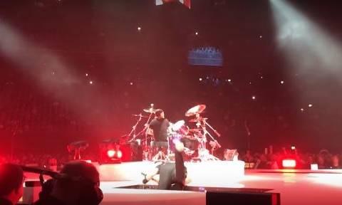Σοκ! Η γη «κατάπιε» τον τραγουδιστή των Metallica - Δείτε καρέ-καρέ την πτώση (Vids)
