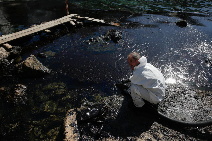 Συναγερμός σε όλο το παραλιακό μέτωπο της Αττικής - Στον Άγιο Κοσμά έφτασε η πετρελαιοκηλίδα