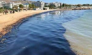 Δραματική κατάσταση στη Γλυφάδα: Μαύρισε η παραλία από την πετρελαιοκηλίδα – Συγκλονιστικές εικόνες