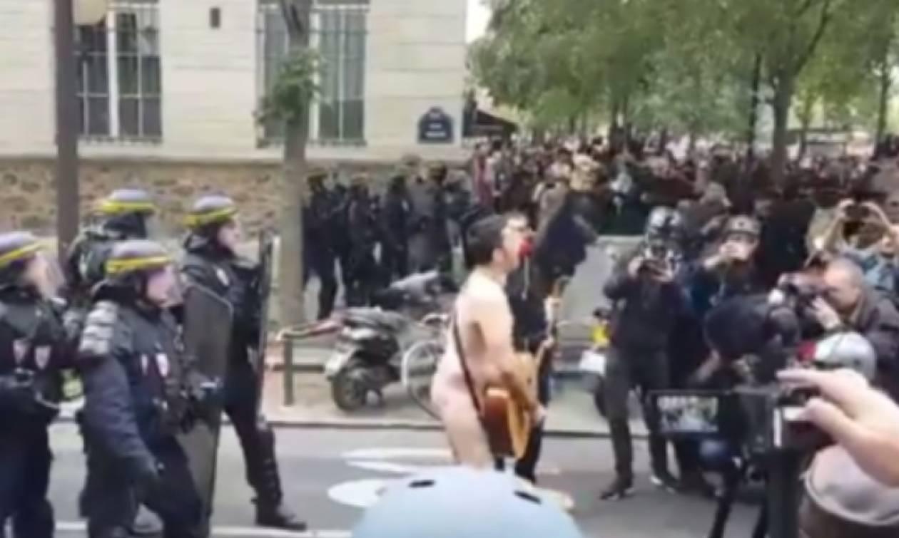 Γυμνός διαδηλωτής στο Παρίσι αδιαφορεί για τα επεισόδια (vid)