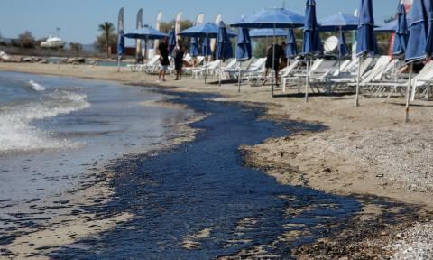 Πετρελαιοκηλίδα: Ολιγωρία και ανευθυνότητα «μαύρισαν» τον Σαρωνικό