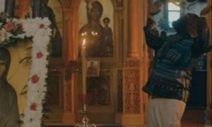 Γνωστός ράπερ προκαλεί χορεύοντας στο νέο του video clip σε εκκλησία στη Σαντορίνη (pics+vid)