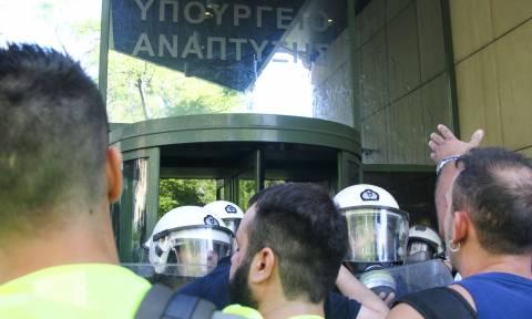 Εισβολή μεταλλωρύχων στο υπουργείο Περιβάλλοντος - Έσπασαν την πόρτα