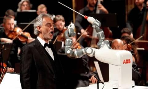 YuMi: το ρομπότ που... συνόδευσε τον τενόρο Αντρέα Μποτσέλι! (pics)