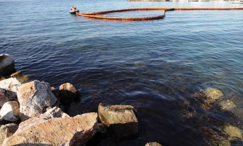 Πετρελαιοκηλίδα: Καμία σύλληψη από το Λιμενικό για το δεξαμενόπλοιο
