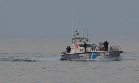 Φωτογραφία σοκ: Πολυτελές γιοτ πέρασε ξυστά από πλοίο της γραμμής στη Μύκονο
