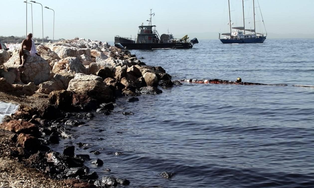 Αυτές είναι οι μαύρες παραλίες: Σε ποια σημεία παραμένει η ρύπανση από την πετρελαιοκηλίδα