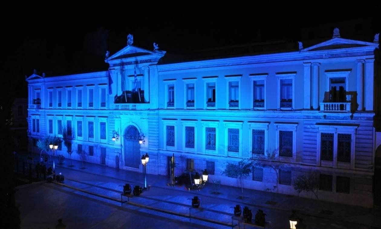 Η Εθνική Τράπεζα φωτίστηκε με το μπλε χρώμα της Δημοκρατίας