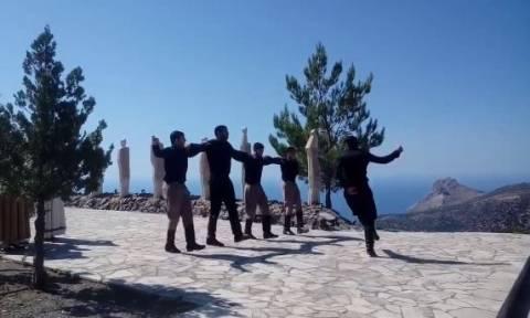 Δέος και ρίγη συγκίνησης: Βρακοφόροι χόρεψαν τον «βουβό» πεντοζάλη για το ολοκαύτωμα της Βιάννου