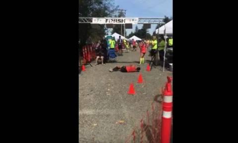Συγκλονιστικό βίντεο: Δείτε πώς τερμάτισε αθλήτρια στον Μαραθώνιο της Ουάσινγκτον αφού κατέρρευσε