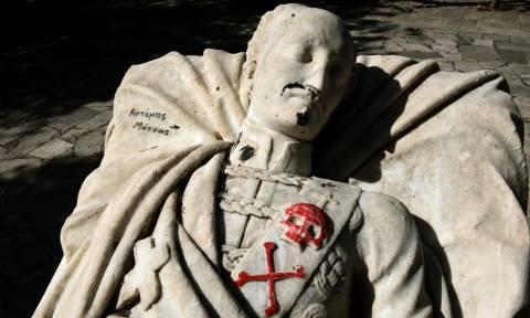 Ντροπή και αίσχος: Βεβήλωσαν το άγαλμα του Υψηλάντη στο Πεδίον του Άρεως