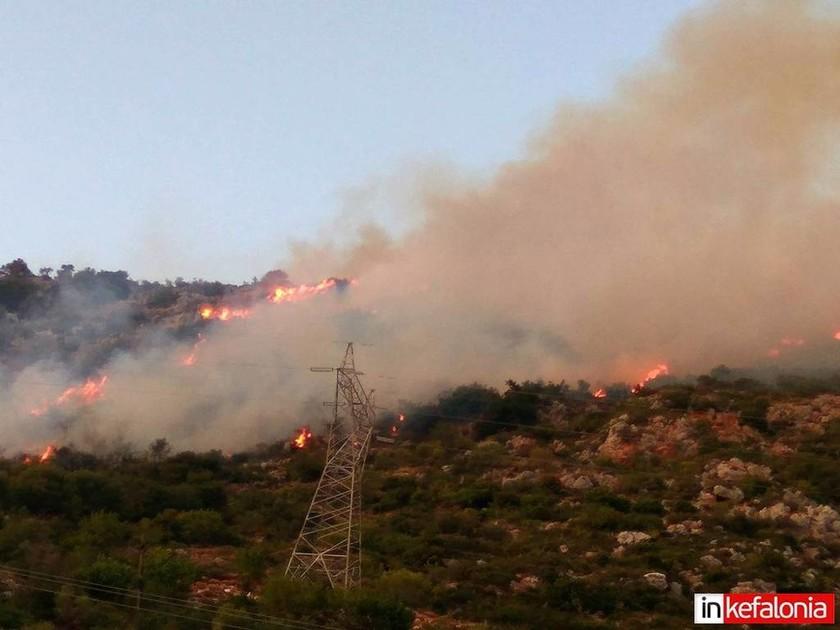 Φωτιά ΤΩΡΑ στα Σιμωτάτα Κεφαλονιάς - Υποψίες για εμπρησμό