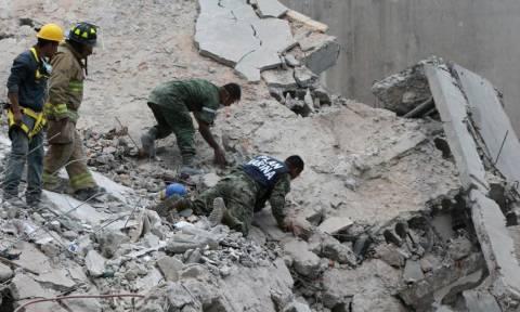Σεισμός Μεξικό: Δεκάδες παιδιά ανασύρονται νεκρά – Σκάβουν με τα χέρια οι γονείς