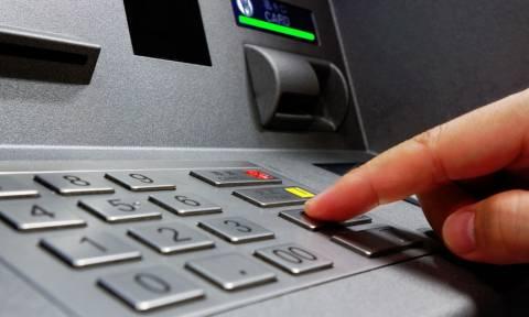Κάποιοι θα ξεχάσουν τις κάρτες! Δείτε πώς θα «σηκώνουν» πλέον χρήματα από τα ΑΤΜ