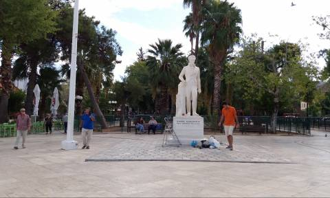 Κόλλησαν τον αντίχειρα στο άγαλμα του Καποδίστρια μετά από χρόνια (pics)