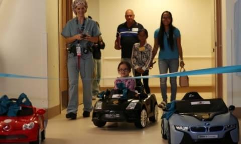 Αυτά τα παιδιά πηγαίνουν στο χειρουργείο με... τηλεκατευθυνόμενα αυτοκίνητα