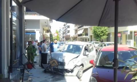 Τρίκαλα: Αυτοκίνητο «καρφώθηκε» σε καφενείο