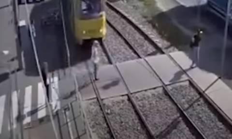 Γυναίκα μιλούσε στο κινητό της και την παρέσυρε το τραμ - ΣΚΛΗΡΟ ΒΙΝΤΕΟ