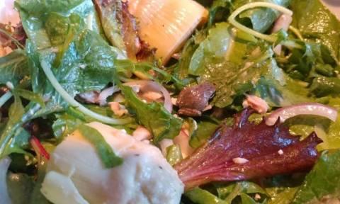 Βρήκε ζωντανό βατράχι στη σαλάτα της - Δείτε πώς αντέδρασε (Pics+Vid)
