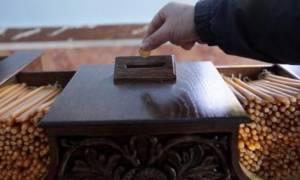 Τραγικό: Οι πιστοί ρίχνουν στα παγκάρια κουμπιά αντί για κέρματα
