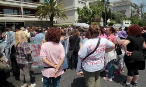 Διαδηλώνουν έξω από το ΥΠΟΙΚ οι απλήρωτες καθαρίστριες