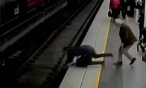Πανικός στην Αυστραλία: Άνδρας λιποθύμησε και έπεσε στις γραμμές του μετρό! (vid)