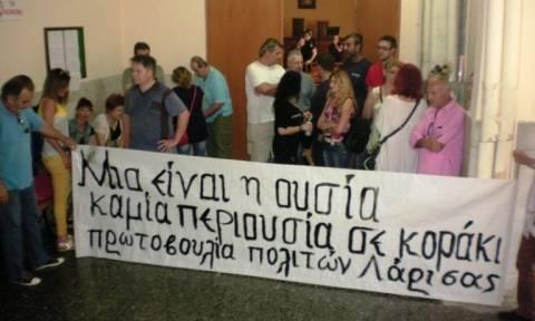 Πλειστηριασμοί: Συγκέντρωση διαμαρτυρίας στο ειρηνοδικείο Λάρισας – Αποχώρησαν οι συμβολαιογράφοι