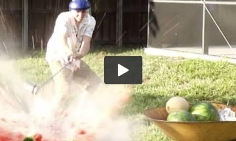 Εβαλε λιωμένο αλάτι μέσα σε καρπούζια! Το τι ακολούθησε, απλά, δεν περιγράφεται... (Video)