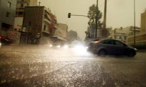 Θεσσαλονίκη: Εγκλωβισμοί στους πλημμυρισμένους από τη νεροποντή δρόμους