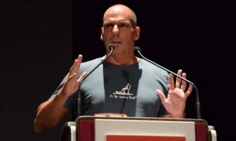 Θα πάθετε ΣΟΚ: Το κρυφό μήνυμα του Βαρουφάκη στο μπλουζάκι του που δεν παρατήρησε κανείς!