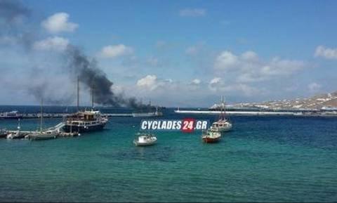 Θρίλερ στη Μύκονο: Βούλιαξε φλεγόμενο σκάφος έξω από το λιμάνι (vid)