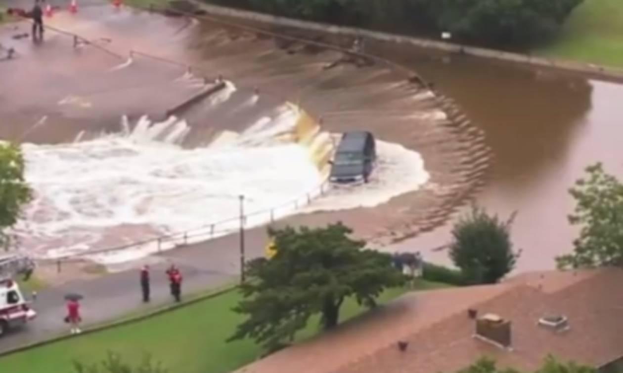 Ορμητικά νερά παρέσυραν θηριώδες τζιπ - Βίντεο με τη διάσωση της οδηγού