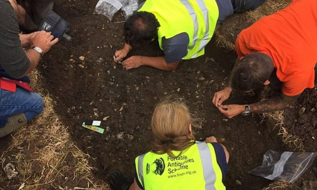 Εντυπωσιακό: Κυνηγός θησαυρών ανακάλυψε σπάνια νομίσματα μεγάλης αξίας! (pics)