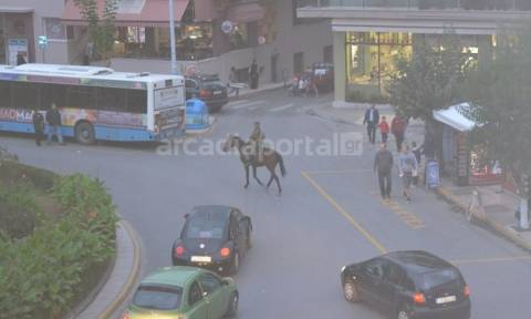 Καβάλησε το άλογό του και «έκοβε» βόλτες στο κέντρο της πόλης (pics)