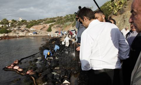 Αυτοψία Μητσοτάκη στη Σαλαμίνα - Τι είπε για την πετρελαιοκηλίδα (pics)