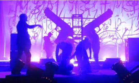 Σοκ! Φριχτό ατύχημα για τον Μάριλιν Μάνσον σε συναυλία -  Δείτε το συγκλονιστικό βίντεο