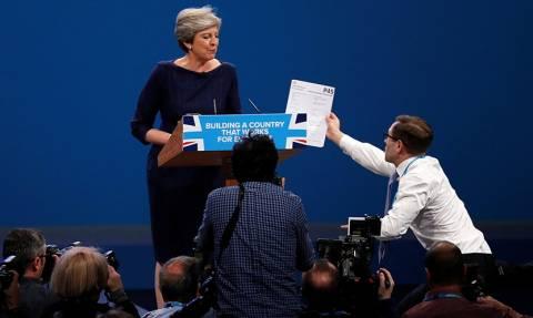 Κι όμως οι Βρετανοί έχουν χιούμορ: «Δηλητηριώδης» φάρσα στην Τερέζα Μέι κατά τη διάρκεια ομιλίας