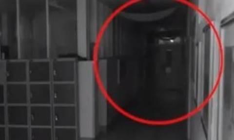 Ανατριχιαστικό ντοκουμέντο: Βίντεο αποδεικνύει ότι κυκλοφορούν φαντάσματα σε Λύκειο!