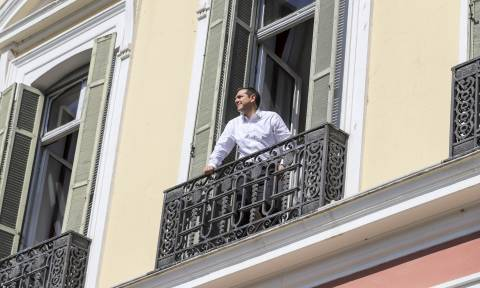 Βγήκε στο μπαλκόνι ο Αλέξης Τσίπρας (pics)