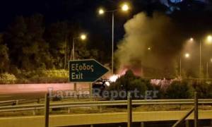 Αυτοκίνητο τυλίχθηκε στις φλόγες στην εθνική οδό Αθηνών - Λαμίας (vid)