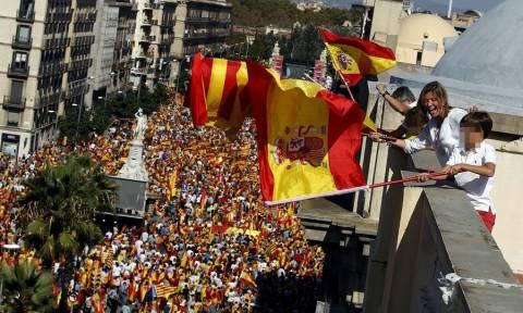 Ισπανία: «Σείστηκε» η Βαρκελώνη από 350 χιλιάδες διαδηλωτές κατά της ανεξαρτησίας της Καταλονίας