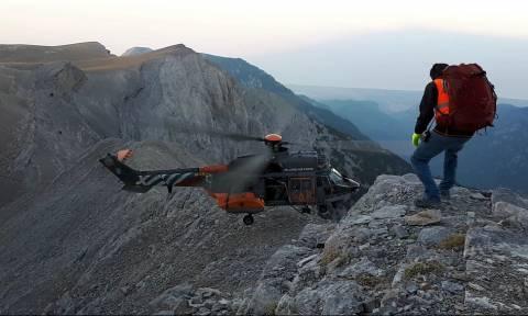 Είναι τρελοί αυτοί οι Έλληνες πιλότοι! Δείτε πού «κατέβασαν» Super Puma για να διασώσουν ορειβάτη