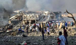Ανείπωτη φρίκη στη Σομαλία: Εκατόμβη νεκρών από διπλή βομβιστική επίθεση (pics-vid)