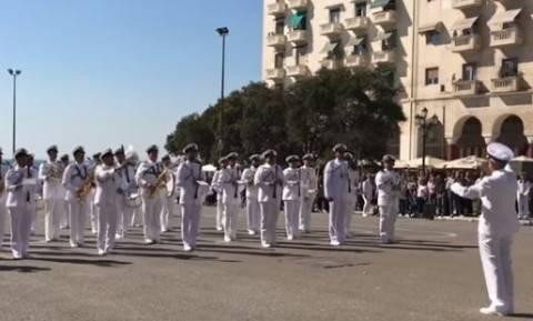 Απίστευτο! Η μπάντα του Πολεμικού Ναυτικού παίζει το... Despacito – Δυναμώστε τα ηχεία!