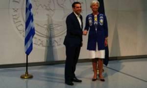 Ξεκίνησε η συνάντηση Τσίπρα - Λαγκάρντ: Δείτε το βίντεο με την άφιξη του πρωθυπουργού (vid)