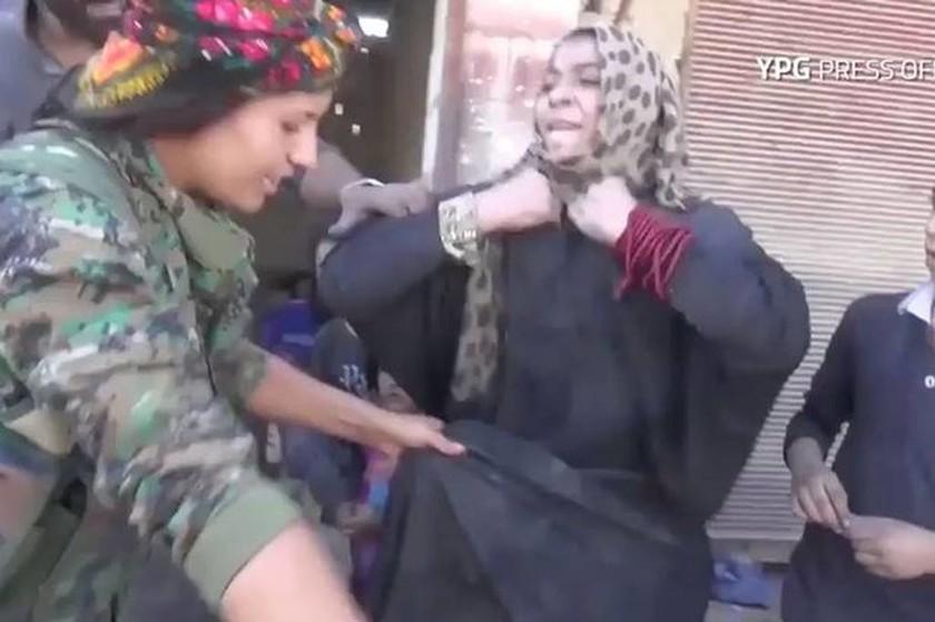 Ράκα: Η απίστευτη αντίδραση γυναίκας που απελευθερώνεται από τα δεσμά των τζιχαντιστών! (video)