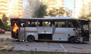 Τουρκία: Όχημα της αστυνομίας χτυπήθηκε από βόμβα στη Μερσίνη - Αρκετοί τραυματίες (vid)