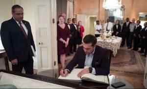 O Αλέξης Τσίπρας υπέγραψε το βιβλίο επισκεπτών του Blair House