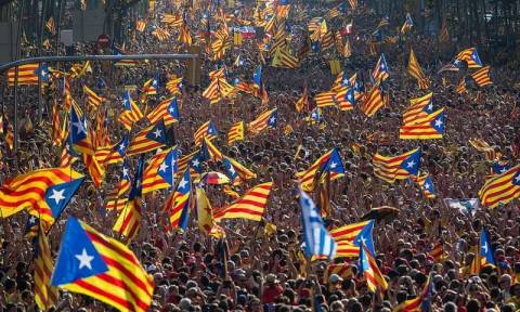 «Καζάνι που βράζει» η Καταλονία - Χιλιάδες διαδηλωτές στους δρόμους της Βαρκελώνης (vid)