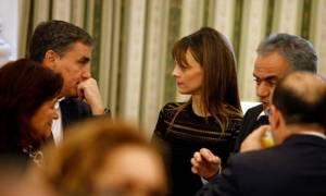 «Στο ίδιο έργο θεατές»: Πρεμιέρα για τη διαπραγμάτευση με τους δανειστές να... σερβίρουν μειώσεις!